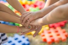 Lieber gemeinsam als einsam - Bereits im Vorschulalter verstehen Kinder Ausgrenzung als ein moralisches Problem. Bild: Jarmoluk via Pixabay (https://pixabay.com/de/hände-freundschaft-freunde-kinder-2847508/, CC:https://pixabay.com/de/service/license/).