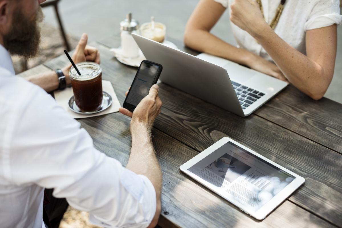 Heutzutage sind digitale Medien wie Laptop, Tablet, Smartphones etc. aus dem Alltag kaum noch wegzudenken. Bild: rawpixel via pixabay (https://pixabay.com/de/vereinbarung-brainstorming-kaffee-2548138/, CC: https://creativecommons.org/publicdomain/zero/1.0/deed.de)