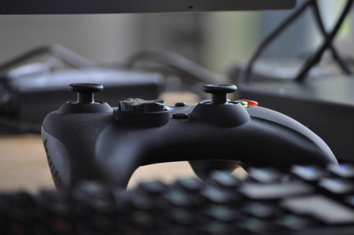 Macht Gewalt in Computerspielen aggressiv? Bild: VanDulti via pixabay (https://pixabay.com/de/technologie-controller-spiel-3189176/, CC: https://creativecommons.org/publicdomain/zero/1.0/deed.de)