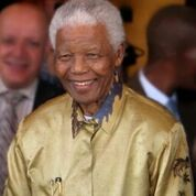 Nelson Mandela setzte die Kommisio für Wahrheit und Versöhnung ein, die ab 1996 die Verbrechen der Apartheid aufarbeitete. Bild: South Africa The Good News via Wikimedia (https://commons.wikimedia.org/wiki/Nelson_Mandela#/media/File:Nelson_Mandela-2008_(edit).jpg, CC BY:https://creativecommons.org/licenses/by/2.0/).