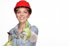 Es ist noch immer selten Frauen in traditionell männlichen Rollen wie Handwerkerin oder Männer in traditionell weiblichen Rollen wie Kindergärtner zu sehen. Die Beobachtung von Männern und Frauen in traditionellen Rollen trägt zur Entwicklung von Selbststereotypen bei. Bild von whitesession via pixabay (https://pixabay.com/de/photos/frau-bauhelm-werkzeug-bauarbeiter-2759503/, CC: https://pixabay.com/de/service/license/)