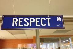 "rrafson (https://commons.wikimedia.org/wiki/Category:Respect#/media/File:Respect_rd.jpg), ""Sign"" (https://creativecommons.org/licenses/by-sa/3.0/) (Abbildung 1 bitte für Übersichtsanzeige verwenden)"