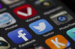 Soziale Netzwerke filtern mittels Algorithmen Informationen für uns. Doch wie tragen wir selbst zu einer solchen Filterblase bei?  Foto von LoboStudioHamburg via pixabay (https://pixabay.com/de/twitter-facebook-miteinander-292988/, Lizenz: https://pixabay.com/de/service/license/).
