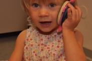 Zweijähriges Mädchen beim Als-ob-Spiel (Quelle: Foto aus einer entwicklungspsychologischen Studie der Universität Heidelberg)