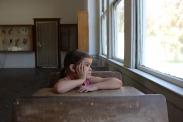 Lehrkräfte sehen das Klassenwiederholen oft als gute Möglichkeit, um leistungsschwache SchülerInnen zu fördern. Quelle: Bild von KokomoCole via Pixaby (https://pixabay.com/photos/child-school-girl-children-830988/)