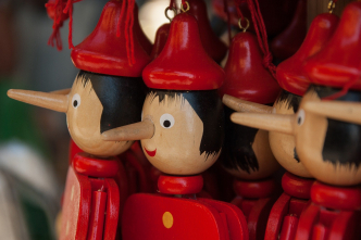Denken wir positiv von uns, wenn wir andere belügen? (Bild: jackmac34 via pixabay (https://pixabay.com/de/photos/italien-pinocchio-marionette-conte-2347390/, Pixabay License: https://pixabay.com/de/service/license/)).