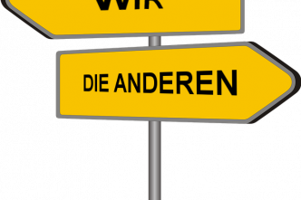Wir und die anderen; Quelle: CC: https://pixabay.com/de/vectors/wegweiser-wegzeiger-schild-hinweis-230724/