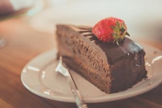 Die Lizenz zum Naschen. Foto: Pexels via Pixabay (https://pixabay.com/de/photos/kuchen-schokolade-schokoladenkuchen-1850011/, Lizenz: https://pixabay.com/de/service/license/).