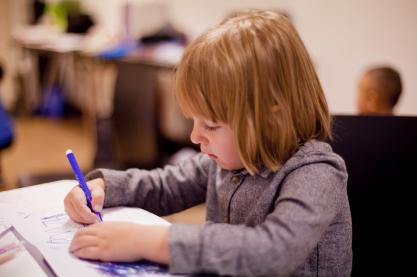 Bei Schüler(inne)n werden im Zusammenhang mit dem sozioökonomischen Status ihrer Familien unterschiedliche Stereotype aktiviert. Quelle :casyani via Pixabay (https://pixabay.com/de/photos/schreiben-schule-lernen-die-schule-4559278/, Lizenz:https://pixabay.com/de/service/license/).