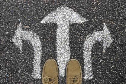 Was ist richtig, was ist falsch, und wer weiß Rat bei moralischen Entscheidungen? Foto: geralt via pixabay (https://pixabay.com/de/photos/weg-f%C3%BC%C3%9Fe-schuhe-stra%C3%9Fenbelag-4610699/, Lizenz: https://pixabay.com/de/service/license/).