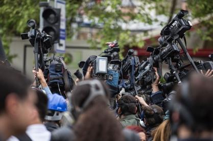 Wird über einen Normbruch öffentlich berichtet, sprechen wir von einem politischen Skandal. Bild: Engin_Akyurt via pixabay (https://pixabay.com/de/drücken-kamera-die-menge-journalist-2333329/, CC: https://creativecommons.org/publicdomain/zero/1.0/deed.de)