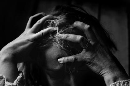 Eine gestresste Person rauft sich die Haare. Bild: Kat Jayne via pexels (https://www.pexels.com/photo/adult-alone-black-and-white-dark-551588/, CC:https://www.pexels.com/photo-license/)
