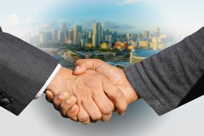 Verhandlungen (Handschlag). Bild: geralt via Pixabay( https://pixabay.com/en/shaking-hands-handshake-skyline-3213665/; CC:https://pixabay.com/de/service/license/).
