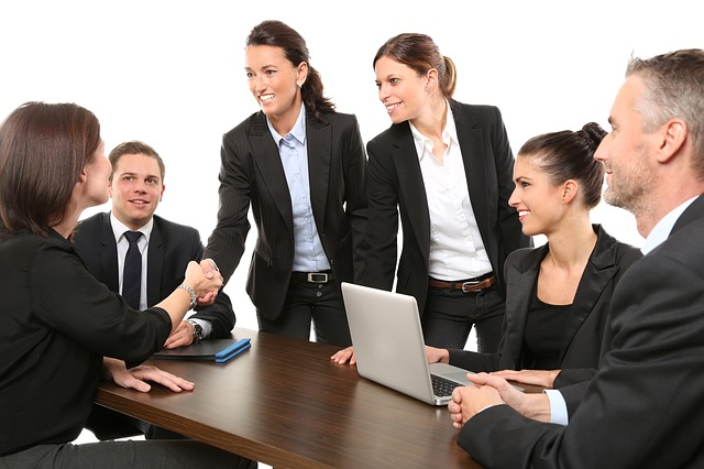 Status und Geschlecht. Foto: 089photoshootings via Pixabay (https://pixabay.com/photos/men-employees-suit-work-greeting-1979261/, CC: https://pixabay.com/service/terms/#license)